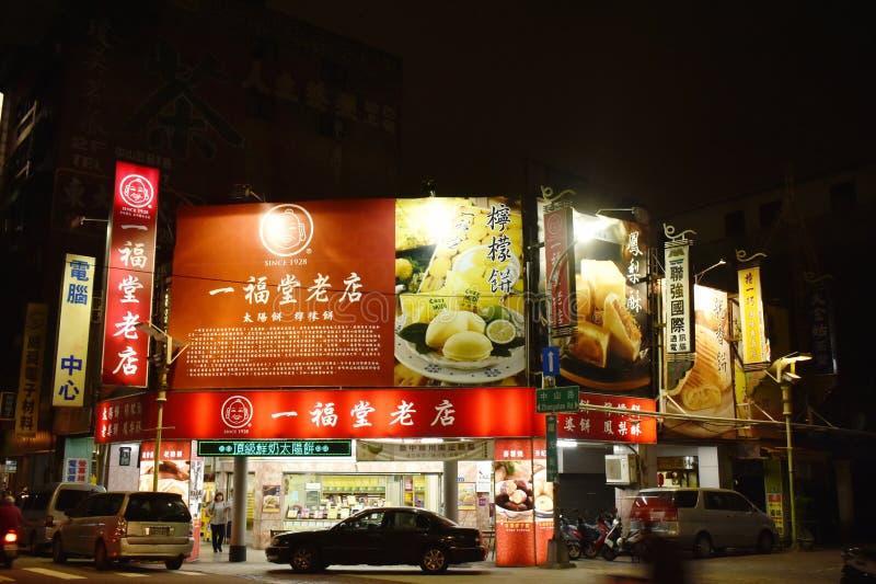 Construção e rua da arquitetura da cidade na noite foto de stock