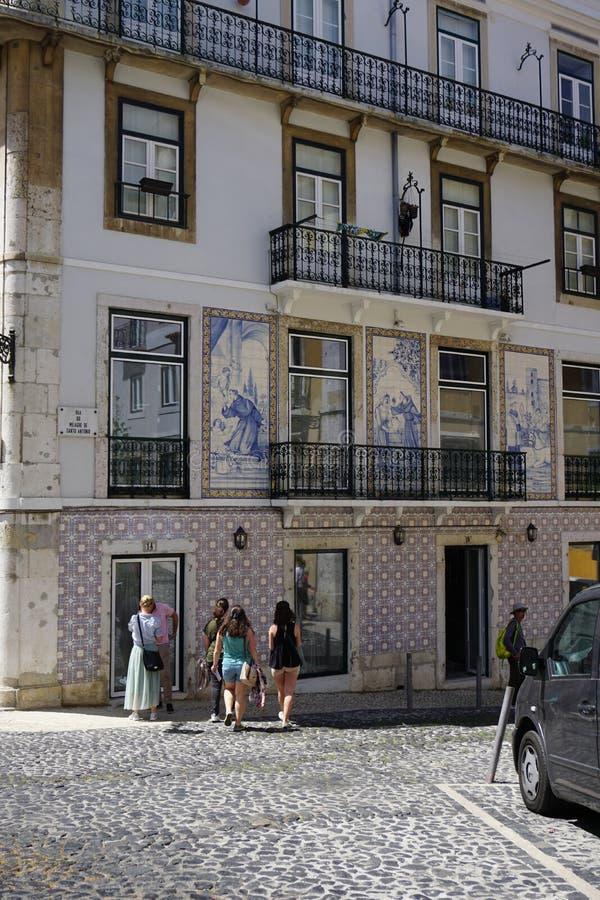 Construção em Lisboa, decorada por azulejos pintados típicos Azulejos imagem de stock