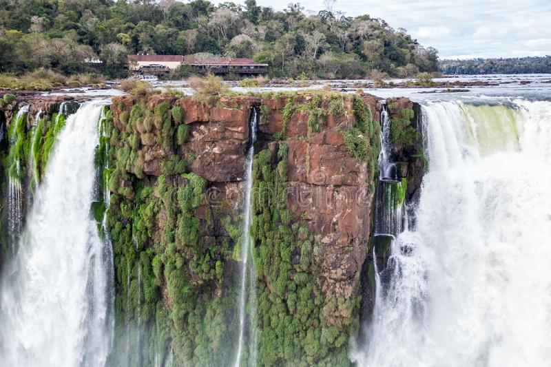 Construção em um penhasco sobre a cachoeira A opinião do inverno da garganta do diabo de Foz de Iguaçu sob nuvens pesadas conduz  fotos de stock royalty free