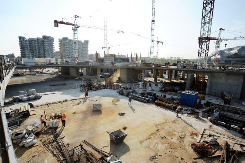 Construção em um terreno de construção urbano imagens de stock