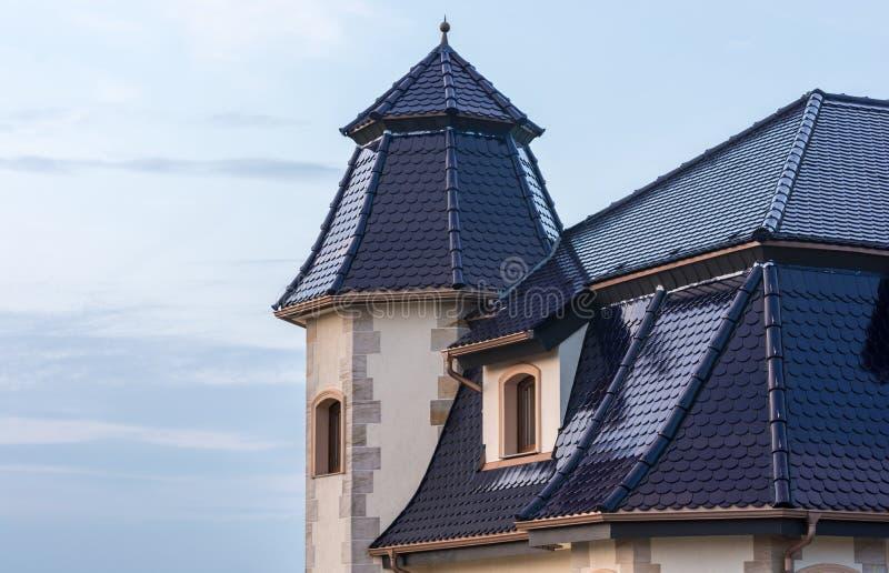 Construção especial do telhado de uma construção residencial imagens de stock royalty free
