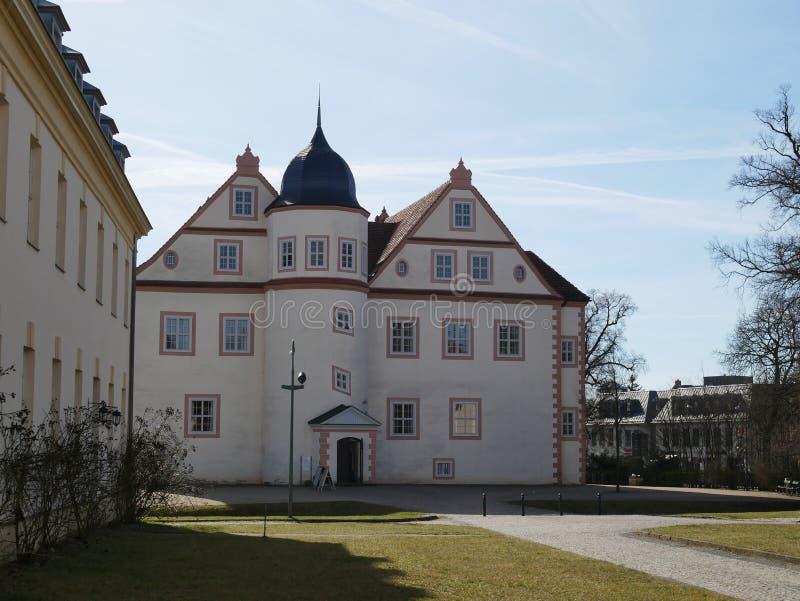 construção europeia do Multi-andar com frontões foto de stock royalty free