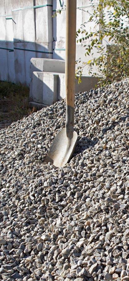 construção Ferramenta de funcionamento shovel Uma pilha da entulho Bloco de apartamentos fotos de stock