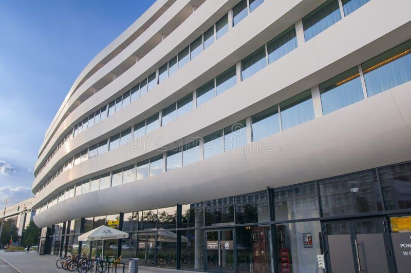Construção futurista em Wroclaw, OVO Wroclaw, apartamentos, escritórios, hotel DoubleTree por Hilton Wroclaw 2018 imagem de stock