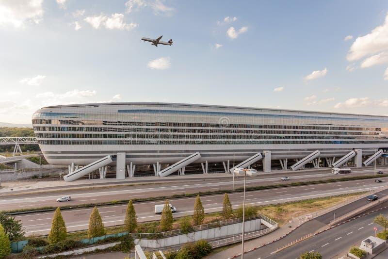 Construção futurista no aeroporto de Francoforte foto de stock