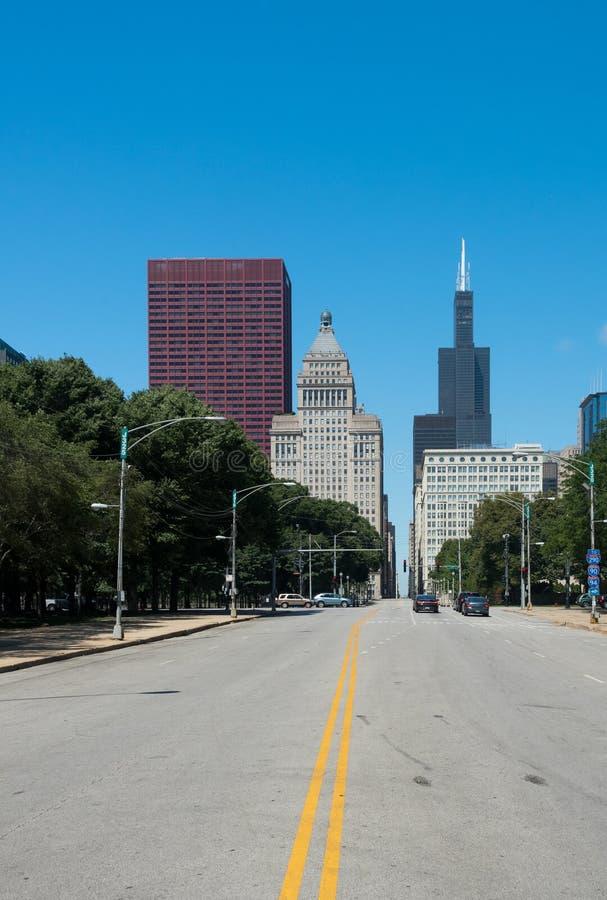 Construção grande em uma rua de Chicago do centro fotografia de stock royalty free