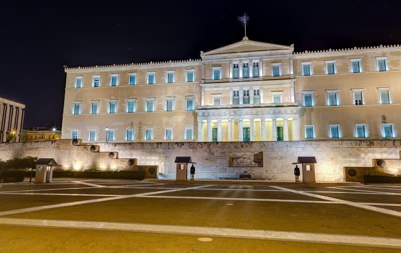 Construção grega na noite, Atenas do parlamento imagens de stock royalty free