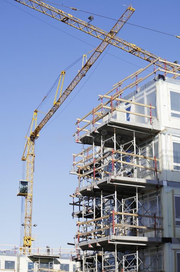 Construção - guindastes dentro do edifício-local imagens de stock royalty free