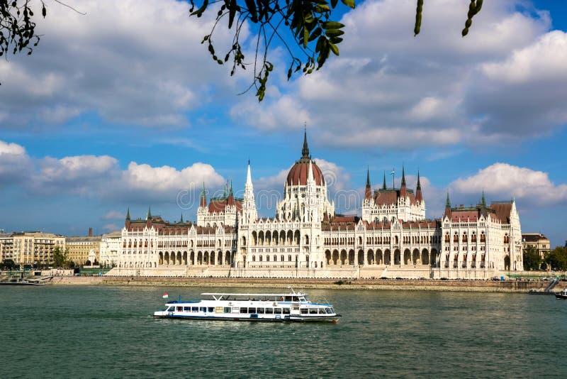 A construção húngara do parlamento ao longo do Danube River em Budapest foto de stock royalty free