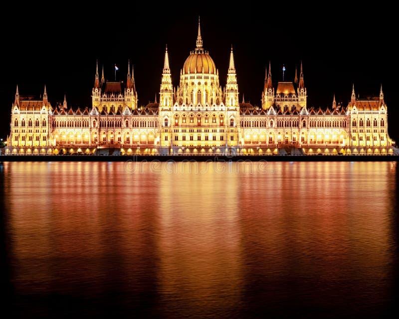 Construção húngara do parlamento na noite fotos de stock
