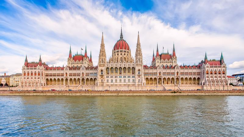 A construção húngara do parlamento no banco do Danúbio em B imagens de stock