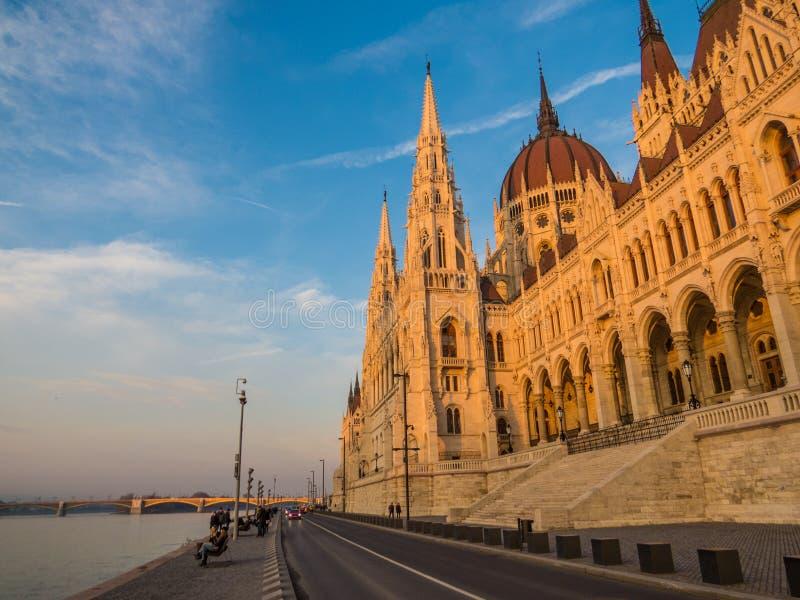 Construção húngara do parlamento no por do sol fotografia de stock royalty free