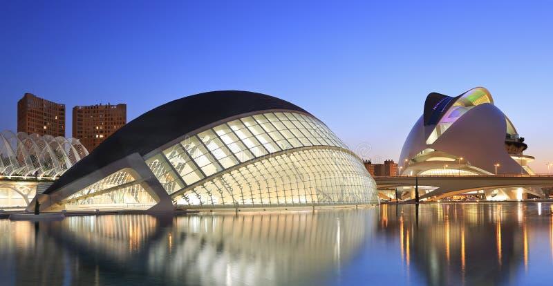 Construção hemisférico no crepúsculo, a cidade das artes e ciências de Valência, Espanha fotos de stock