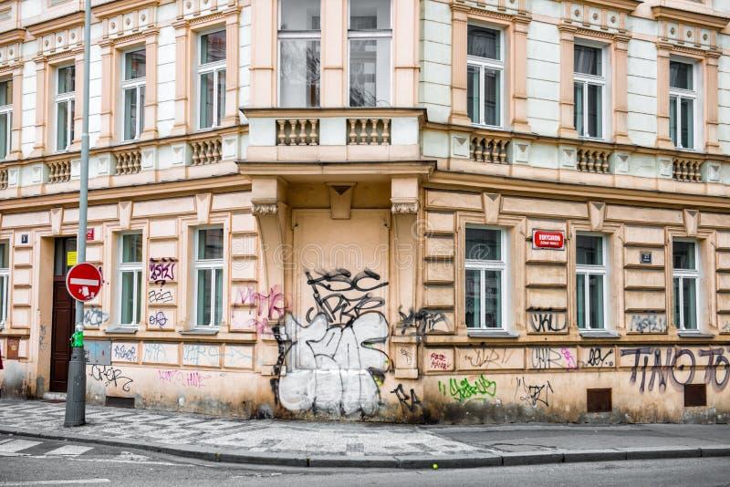 Construção histórica com as paredes pintadas nos grafittis imagem de stock royalty free