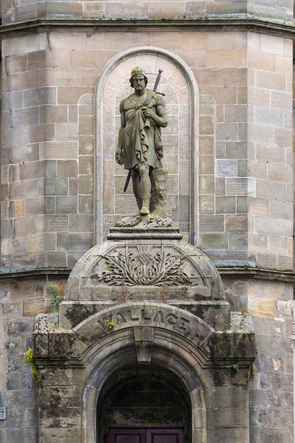 Construção histórica com William Wallace Statue em Stirling imagens de stock