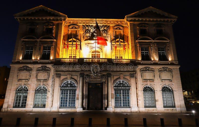 A construção histórica da câmara municipal na noite, França de Marselha imagem de stock