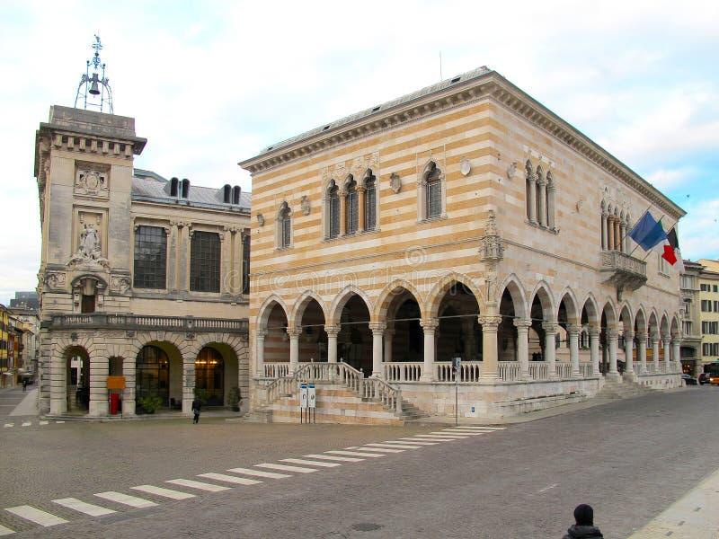 Construção histórica do alojamento do leão em Udine imagens de stock royalty free