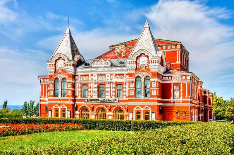 Construção histórica do teatro do drama no dia ensolarado do verão no Samara fotos de stock