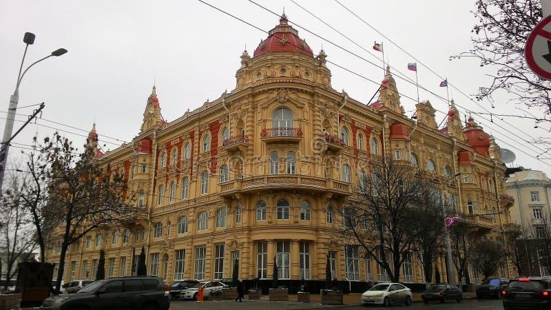 Construção histórica em Rostov com o molde antigo do estuque na fachada fotos de stock royalty free