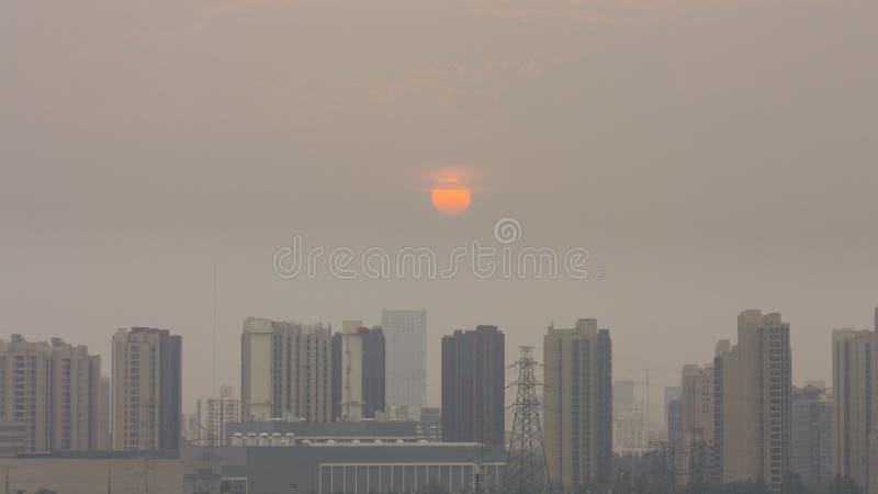 A construção horizontal do ângulo alto disparou do por do sol em beijing em umas FO foto de stock royalty free