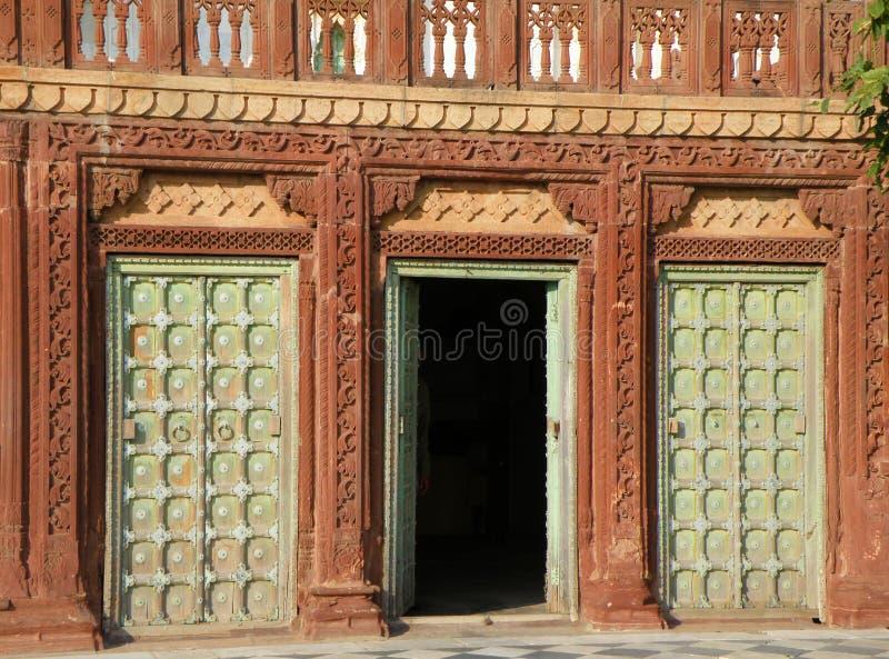 Construção indiana e entrada do estilo tradicional no vintage Brown e na cor verde imagem de stock