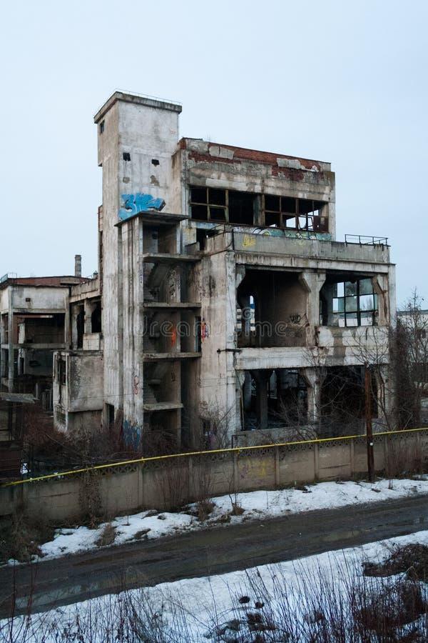 Construção industrial abandonada com vegetação e grafittis foto de stock royalty free