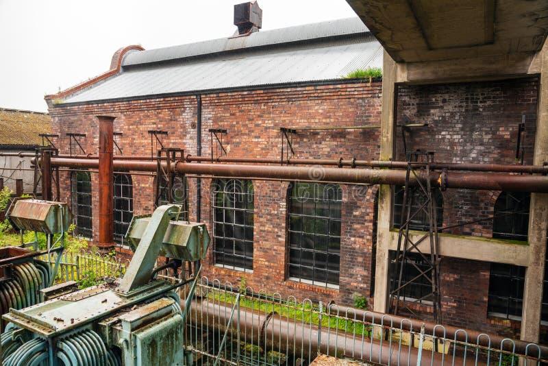 Construção industrial abandonada do tijolo em um dia chuvoso fotos de stock
