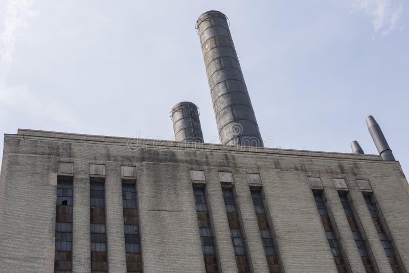 Construção industrial da fábrica do tijolo velho com as grandes pilhas de fumo foto de stock