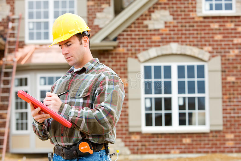Construção: Inspetor home que verifica a casa fotos de stock