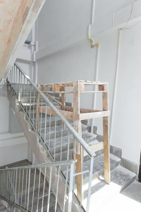 Construção interior da habitação social A sala est? sob a renova??o ou sob a constru??o imagem de stock