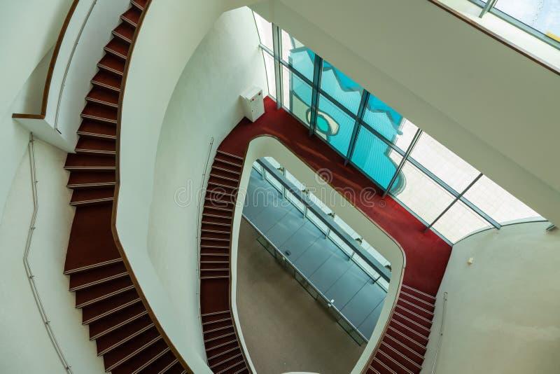 Construção interna das escadas vermelhas imagens de stock royalty free