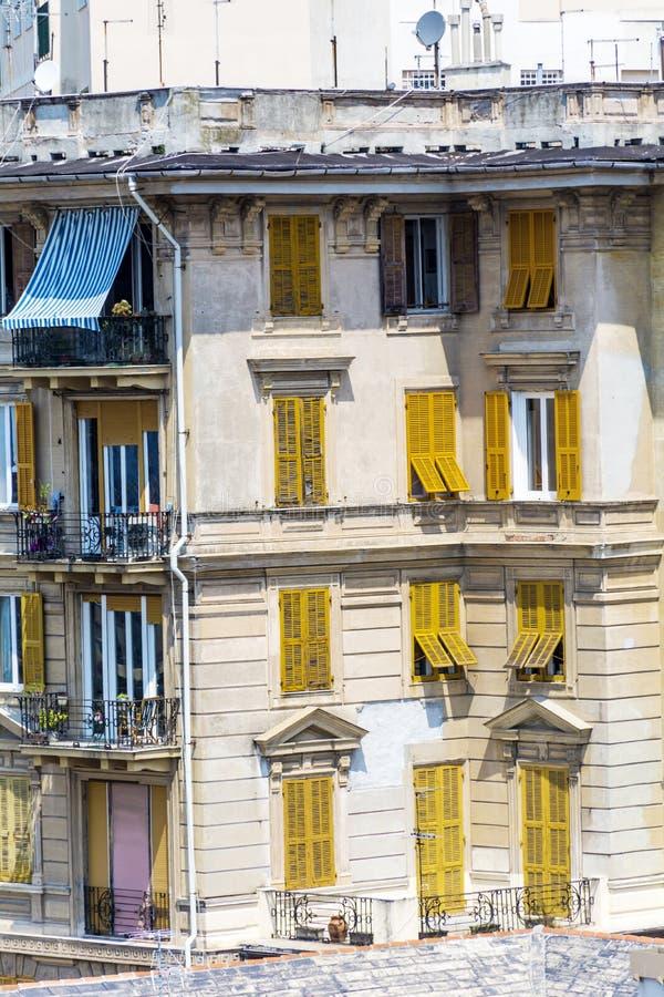Construção italiana típica com as janelas amarelas antigas em Verona fotos de stock royalty free