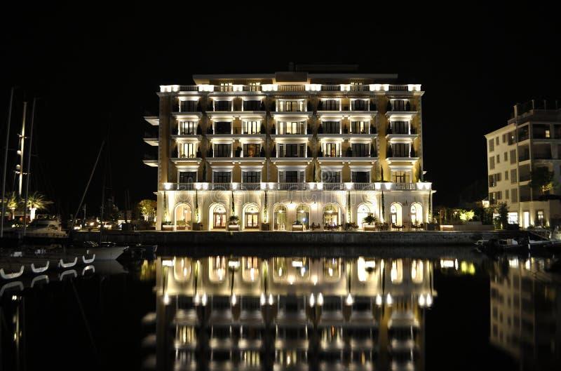 Construção luxuosa do hotel com reflexão, Montenegro foto de stock royalty free
