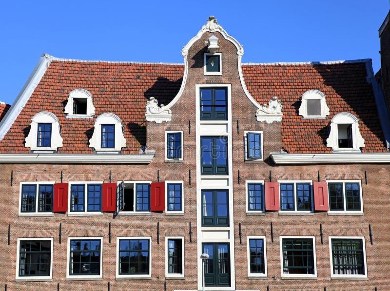 Construção medieval holandesa tradicional em Amsterdão, Países Baixos imagem de stock