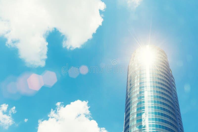 Construção moderna alta com vidro com céu azul e luz solar Busi imagens de stock royalty free