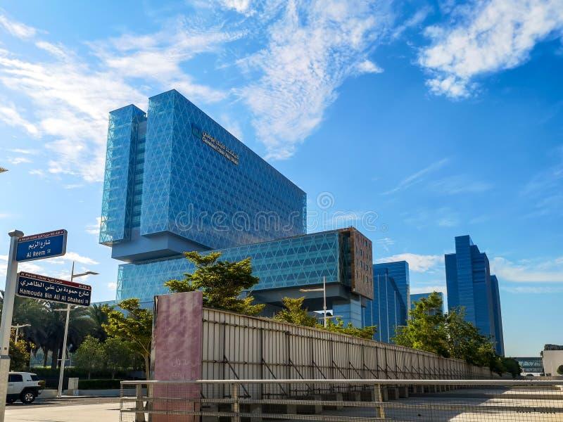 Construção moderna cercada por nuvens - Cleveland Clinic Abu Dhabi do hospital na ilha de Al Maryah fotos de stock