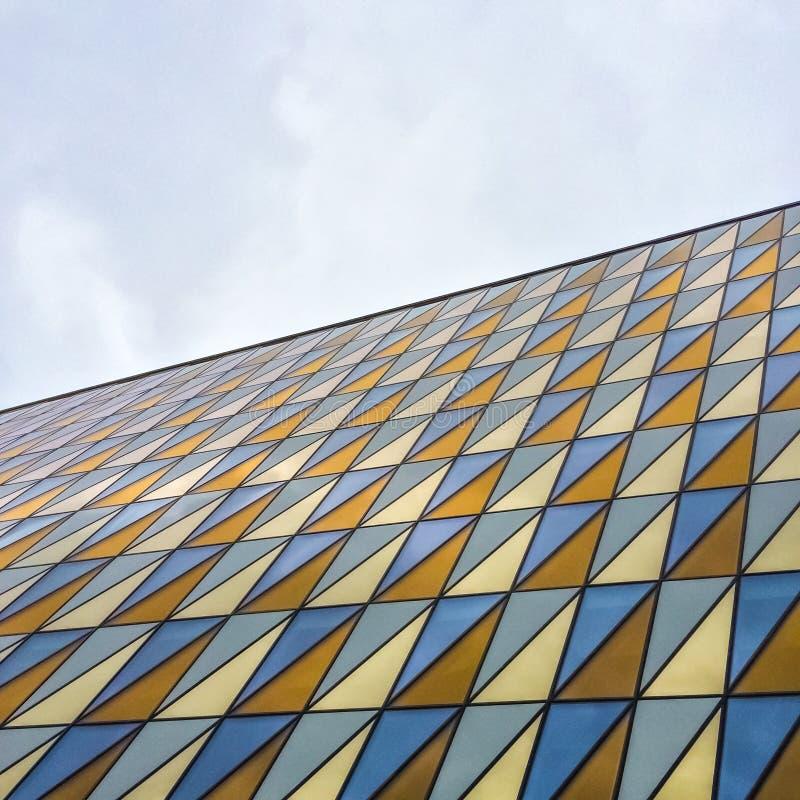 Construção moderna com as janelas de vidro coloridas imagens de stock