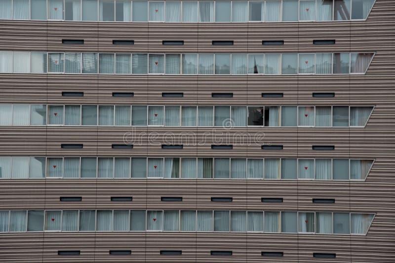 Construção moderna com teste padrão das janelas fotografia de stock royalty free