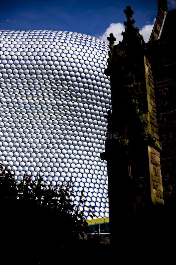 Construção moderna da arquitetura em Birmingham Reino Unido Igreja velha contra a construção moderna da arquitetura fotos de stock