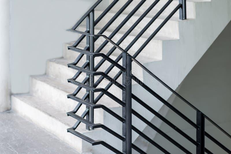 Construção moderna da decoração exterior preta do corrimão da escadaria do metal imagens de stock