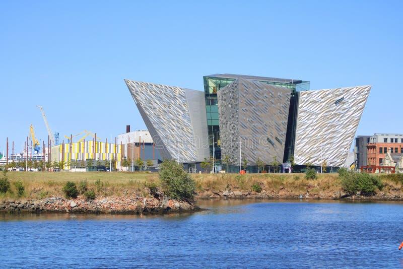 Construção moderna da exposição pelo rio fotografia de stock royalty free