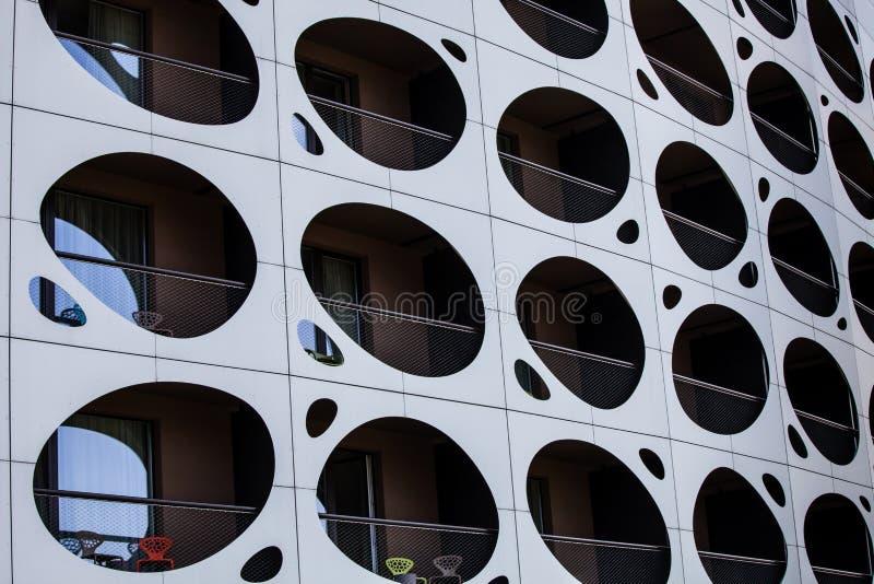 Construção moderna da parede exterior Balcões com vigia dos furos imagens de stock
