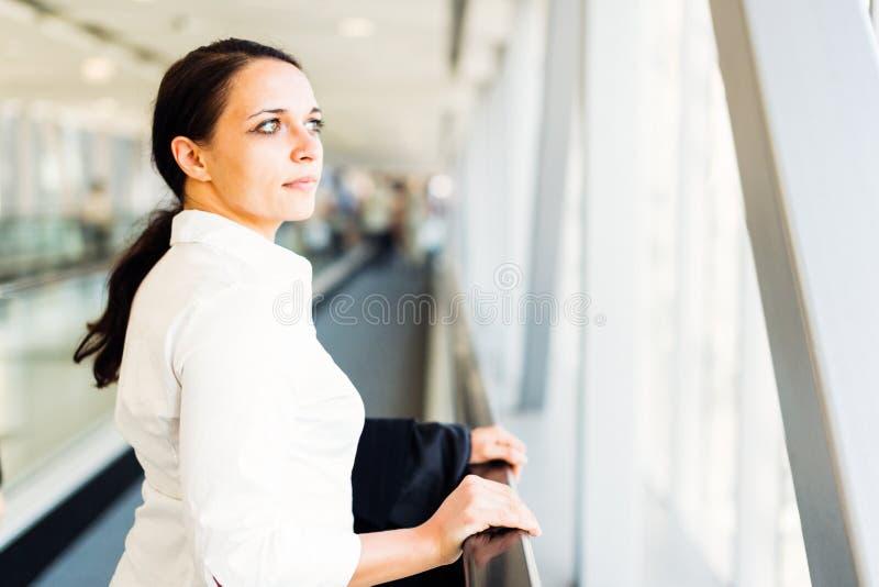 Construção moderna de On Escalator In da mulher de negócios imagem de stock royalty free