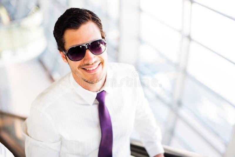 Construção moderna de On Escalator In do homem de negócios imagens de stock