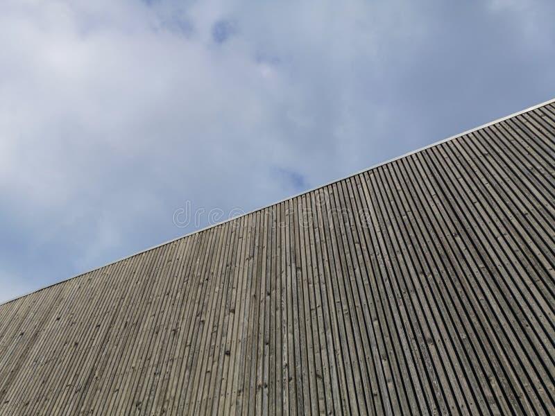 Construção moderna de madeira com céu surpreendente, arquitetura contemporânea com linhas refinadas e projeto minimalista fotografia de stock royalty free