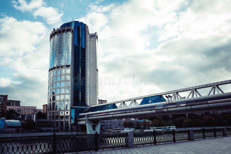 Construção moderna do escritório novo na cidade grande fotografia de stock