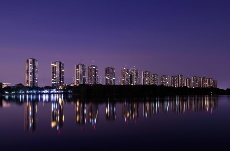 Construção moderna do negócio com reflexão da água na noite fotos de stock