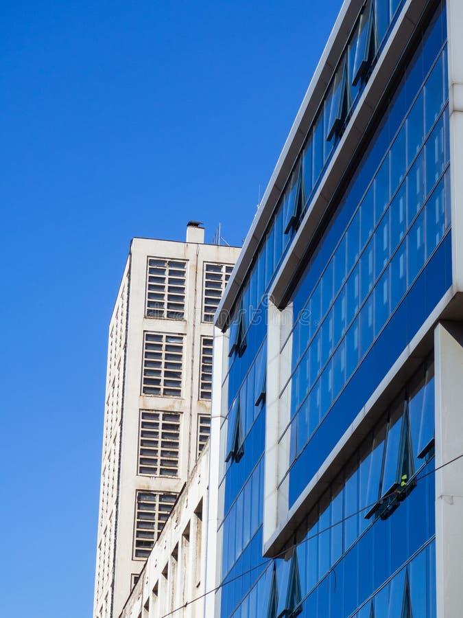 Construção moderna do negócio do escritório - janelas de vidro azuis fotografia de stock royalty free