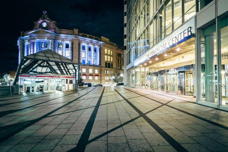 Construção moderna e a estação sul na noite, em Boston, Massa fotografia de stock royalty free