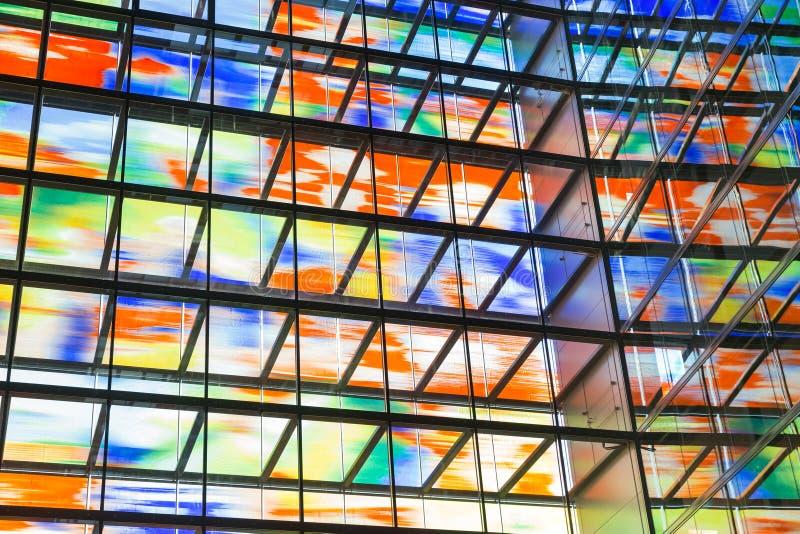 Construção moderna interior com a parede de vidro colorida imagens de stock